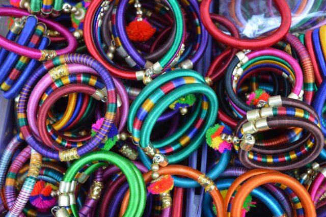 Accessoirewinkels gekleurde armbanden