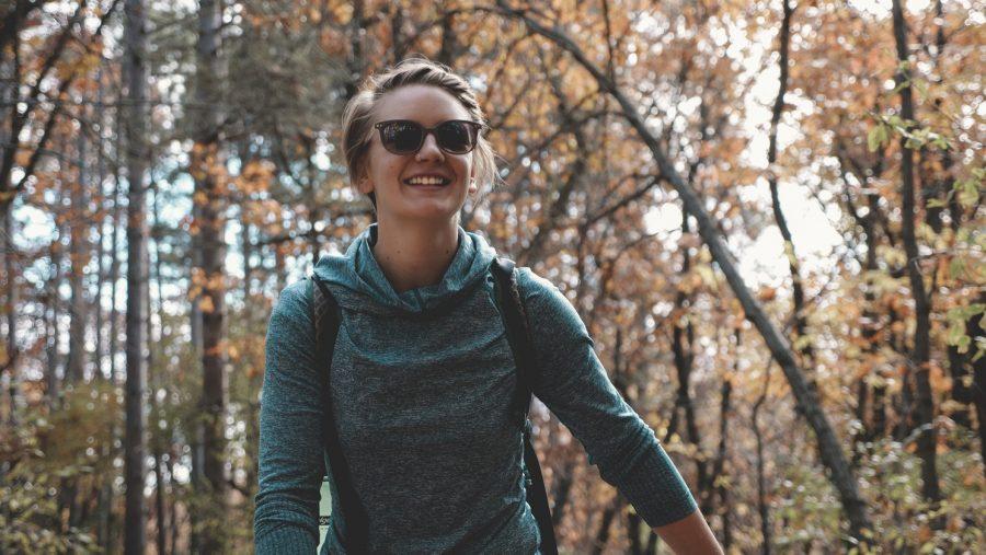 Boswandeling blije vrouw in het bos