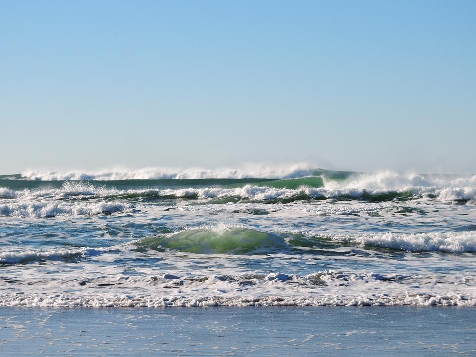 Herfstwandelen strand water en golfjes