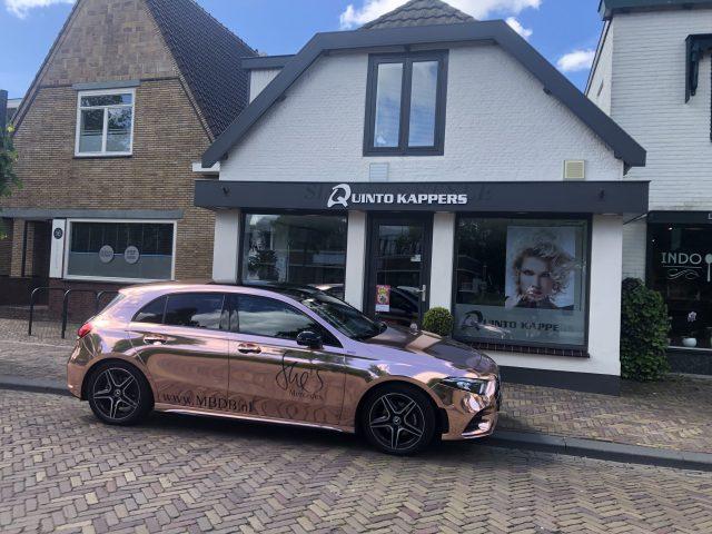 Op stap met een gouden Mercedes