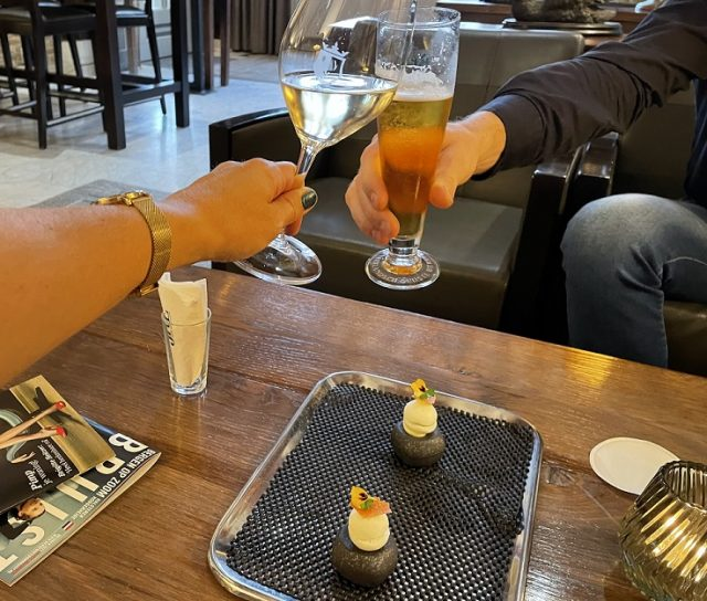 aperitief in de lobby van Hotel de Draak