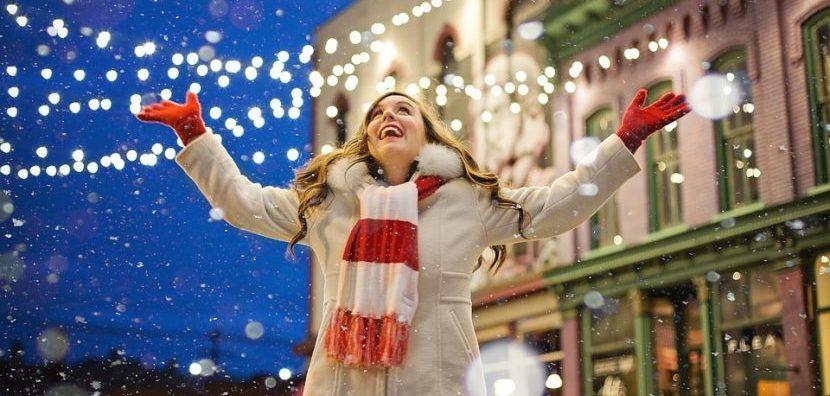 Kerstmarkt gelukkig vrouw in de sneeuw