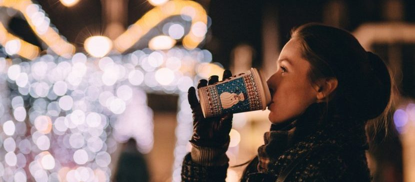 Kerstmarkt genieten van een drankje