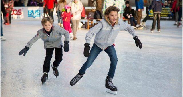 Kinderen aan het schaatsen