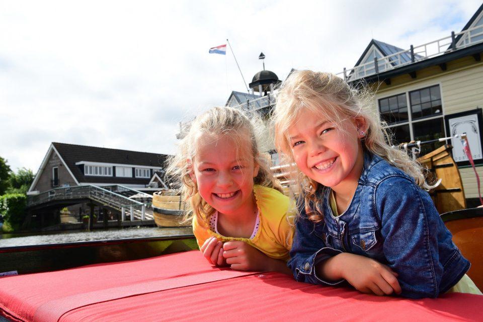 Meisjes op fluisterboot