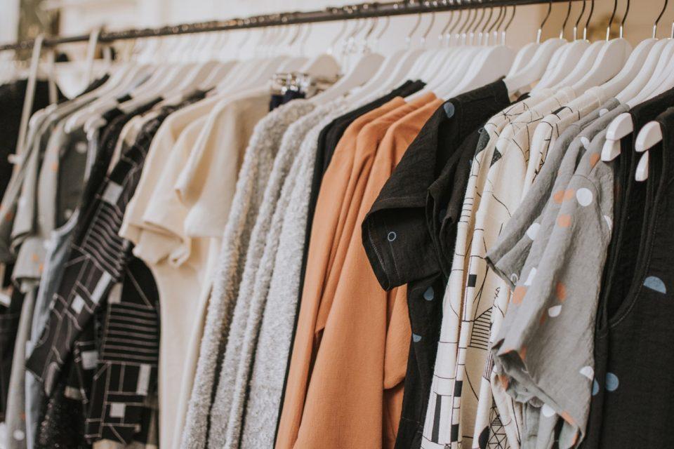 Najaar shoppen kleding in rek
