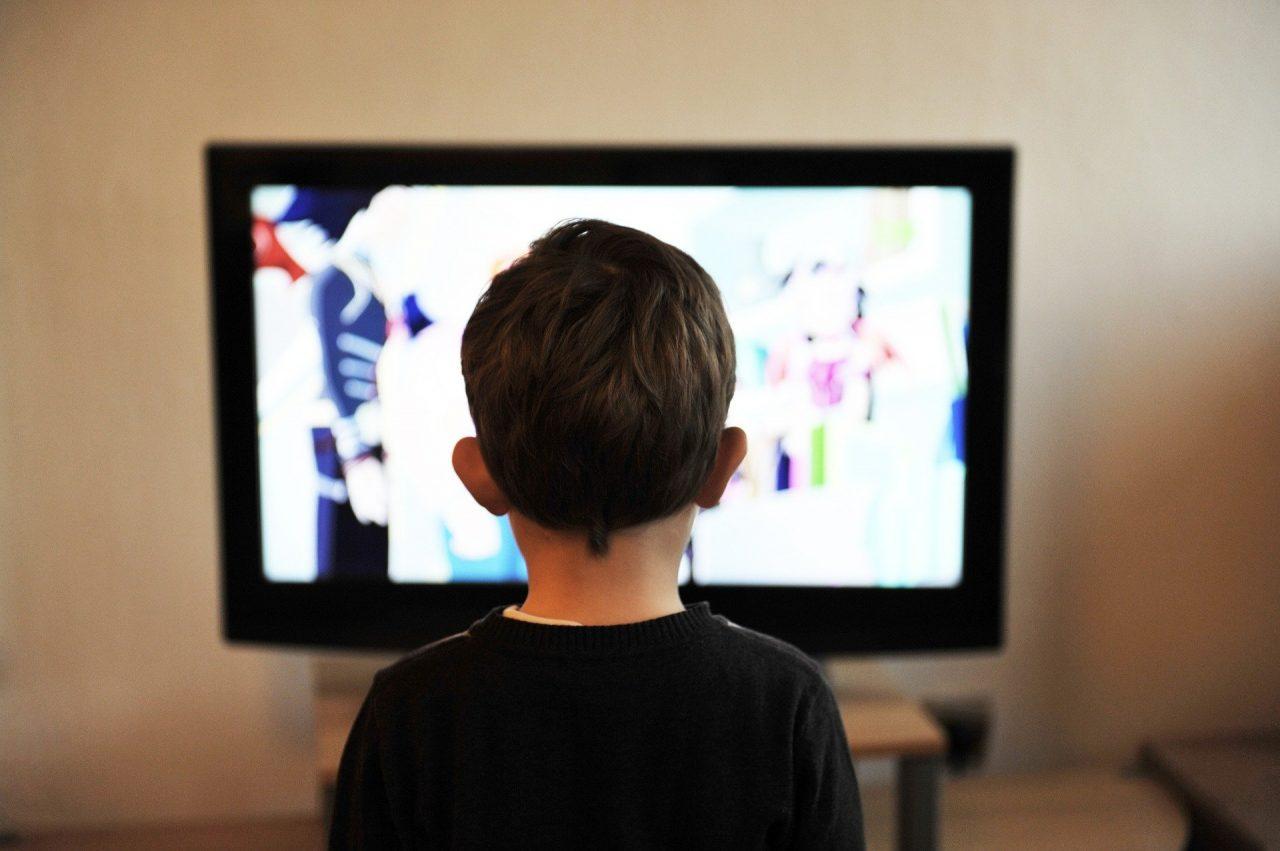 Netflix kind kijkt tv