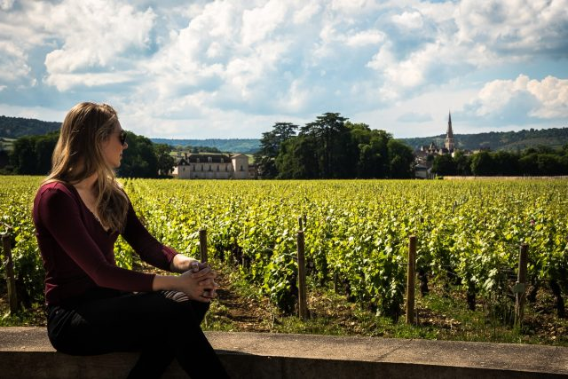 Vrouw bij wijngaard