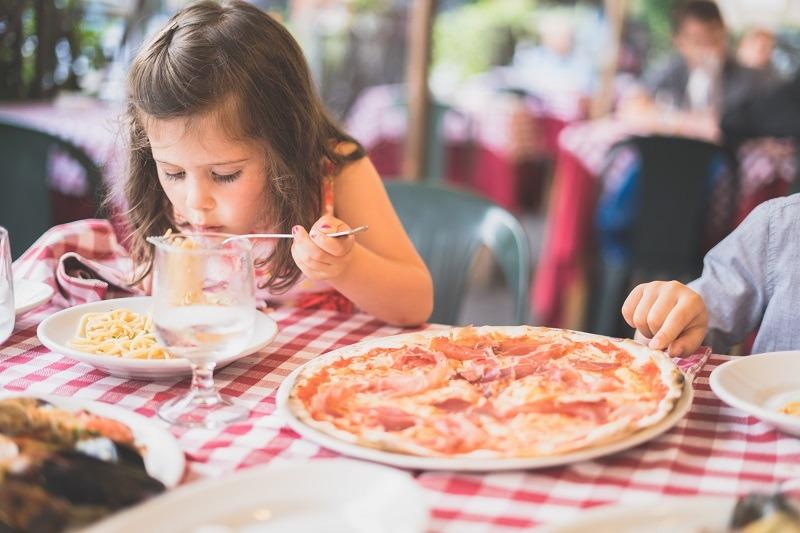 meisje pizza eten restaurant